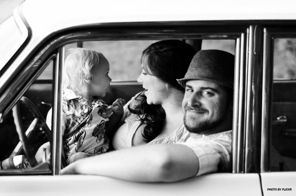 happy family in car1